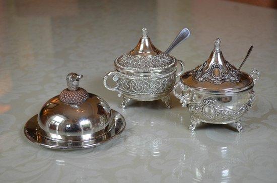 Knockeven House: Silberkännchen und Silberschalen