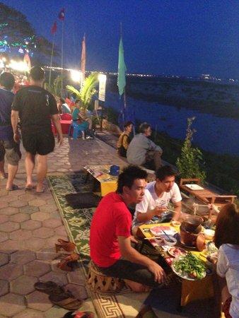 Vansana Riverside Hotel : Night hawker food