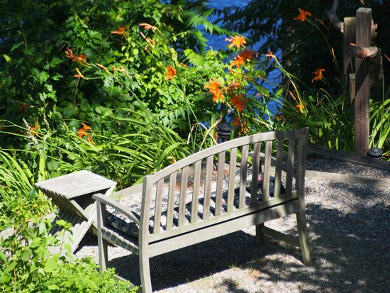 Bridgeton House on the Delaware: Benches nestles amongst the flowers overlooking the Delaware River.