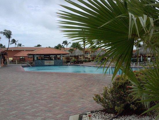 Aruba Beach Club: Pool area and bar