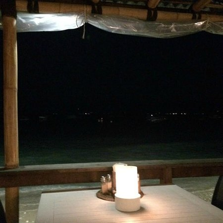 Scallywags Seafood Bar & Grill: Table view to the beach