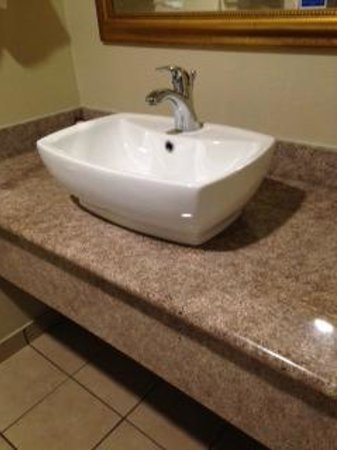 El Castell Motel: Vessel sink was too high for children to reach the faucet. Rim was about 4 ft. off the ground.