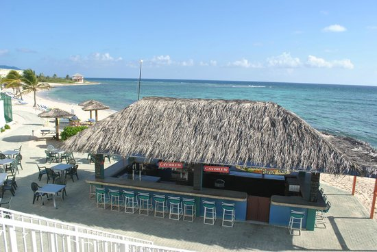 Wyndham Reef Resort: Beach Bar. Nice and big and center of the resort