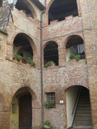 Castello di Saltemnano: cortile interno