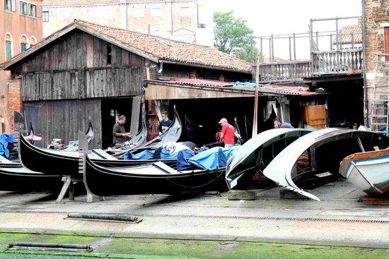 Dorsoduro: Rio di San Trovaso réparation de gondoles