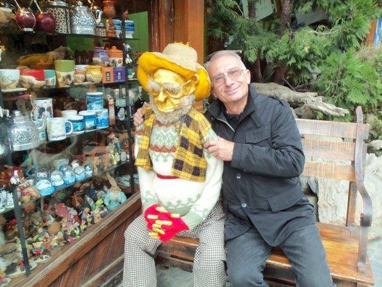 La Aldea de los Gnomos: Una foto con el gnomo mas anciano.-