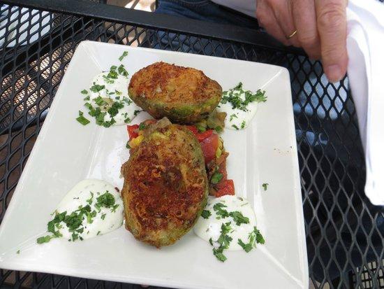 Austin's American Grill: Stuffed Avocado - überbackene Avocado mt Gemüse und leckerem Dip