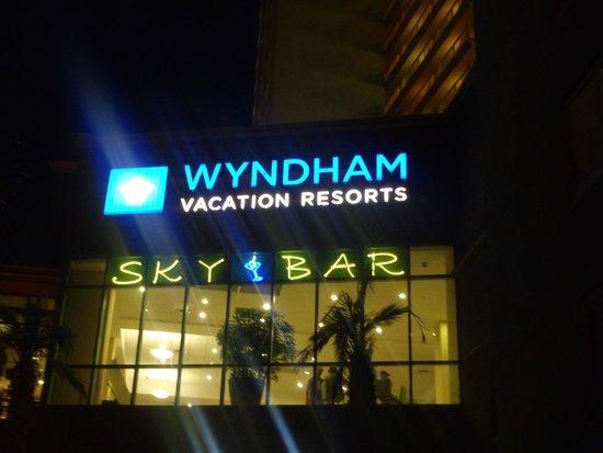 Emerald Beach Resort: Sky Bar Lit up at night....