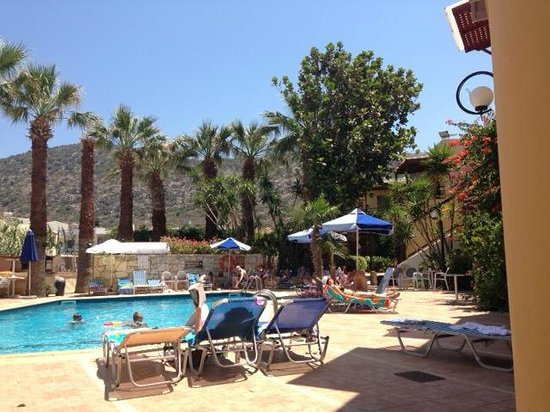 Latania : The pool area :)