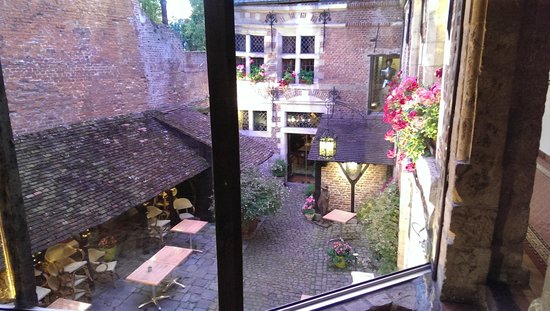 Auberge du Bon Fermier : The courtyard, from outside our room