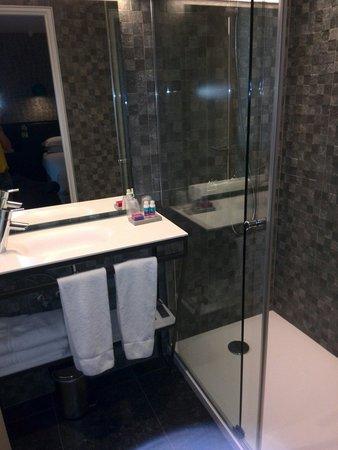 Hotel Eden: Bagno con doccia