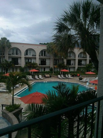 Wyndham Boca Raton Hotel: This was the view of the pool area from our room balcony on the second floor.