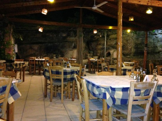 Lagos Taverna: The taverna at a quiet moment
