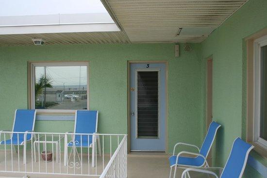 Rus Mar Motel : Sit on the veranda and enjoy your ocean view!
