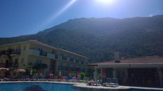 Mavruka Hotel: Pool & Bar area