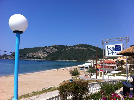 Belle Helene Hotel: Blick von der Poolbar auf den Strand