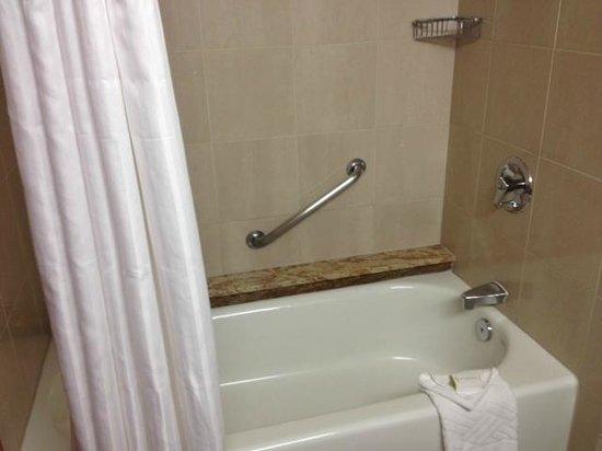 Doubletree by Hilton Anaheim - Orange County: Bathtub.