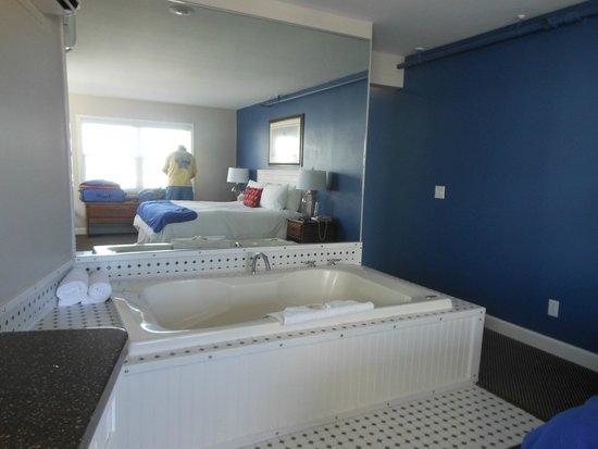 Pontiac Lodge: Jacuzzi tub in room