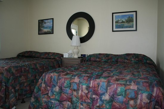 Rus Mar Motel: Two full size beds in our two room C+ suite