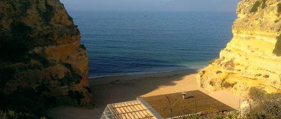 Praia da Marinha: Vista a meio do acesso à praia.