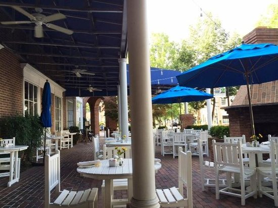 Tidewater Inn: outdoor seating