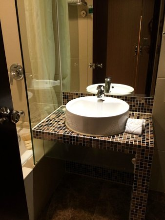 Grandview Hotel: Premier Deluxe Room, Bathroom Sink