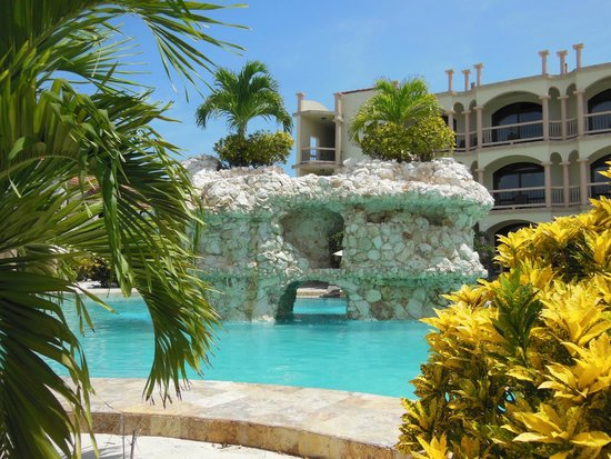 Coco Beach Resort: Rock Structure to jump off orslide down
