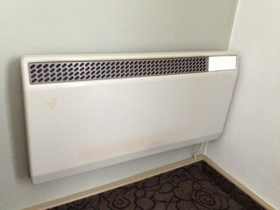 Copthorne Hotel London Gatwick: Old heater - no air conditioning!