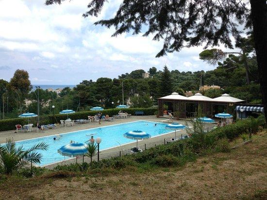 Camping Villaggio Internazionale: Vista sulla piscina (mare sullo sfondo)