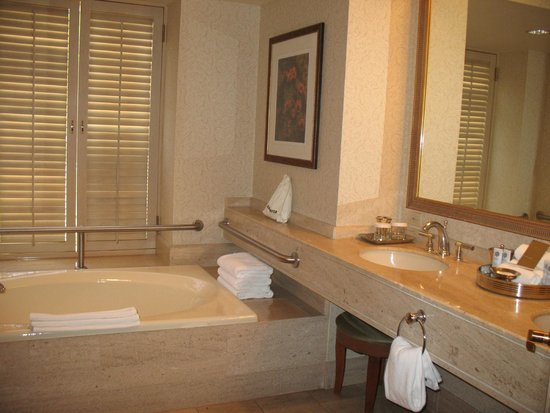 The Phoenician, A Luxury Collection Resort: Salle de bains bien aménagées