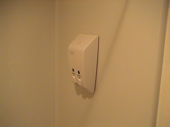 Red Lion Inn and Suites Ontario: The shampoo and shower soap dispenser