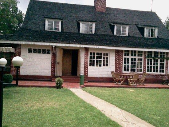 Thomson Falls Lodge: front of lodge,beutiful