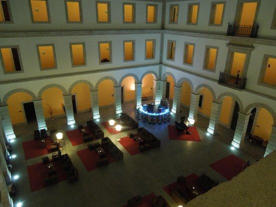 Pousada de Viseu Charming Spa: Central courtyard by night