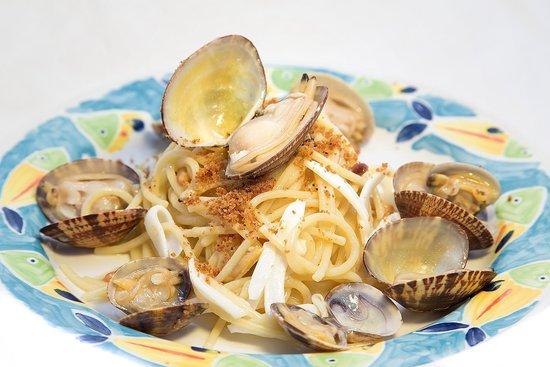 Ristorante Ida: spaghetti alla ida con vongole seppie e pinoli tostati