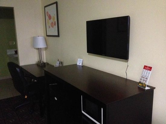 Ramada Anaheim Maingate North: Flat Screen TV and Table