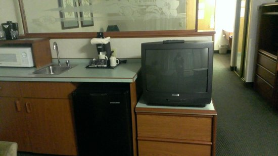 Shilo Inn Suites - Salem: there were Two Tvs in the room, this was teh older one.