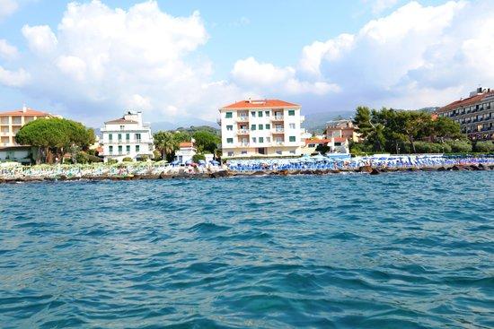 L'Hotel la Baia visto dal mare