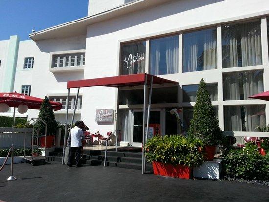 Catalina Hotel & Beach Club: La entrada del hotel, edificio del medio.