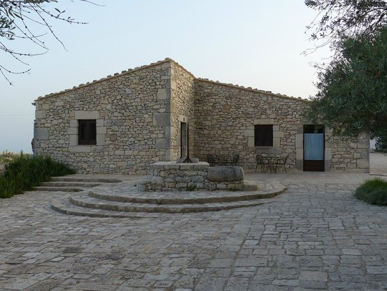 La dimora di Spartivento: courtyard with traditional well