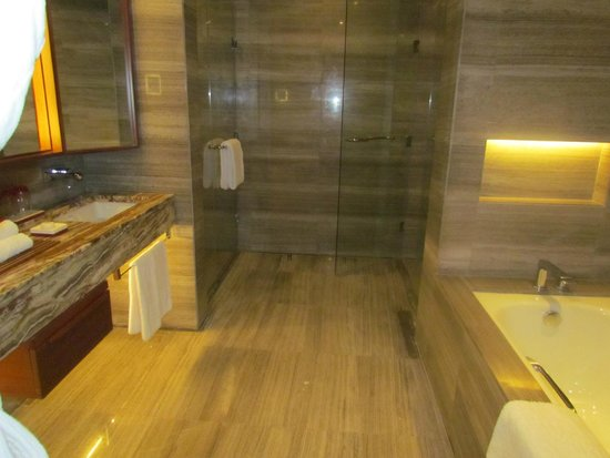 Marco Polo Ortigas Manila: spacious bathroom in the Premier room