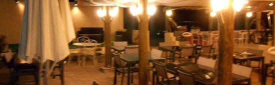 Ferme de Janou: terrasse en soirée2