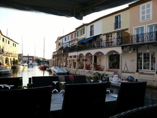 Zicht op het terras vanaf de brug picture of pasta via for Restaurant port grimaud