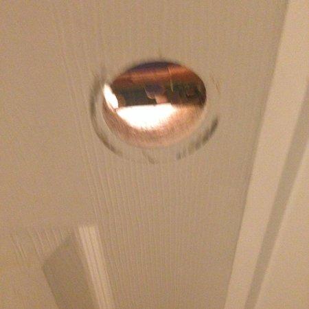 Islander Inn & Suites: broken door knob