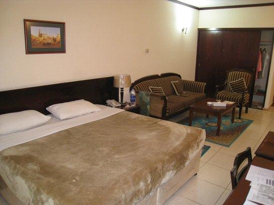 Panorama Deira Hotel: Очень большая уютная комната