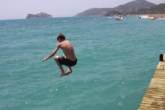 Hilton Dalaman Sarigerme Resort & Spa : jumping off the pontoon!