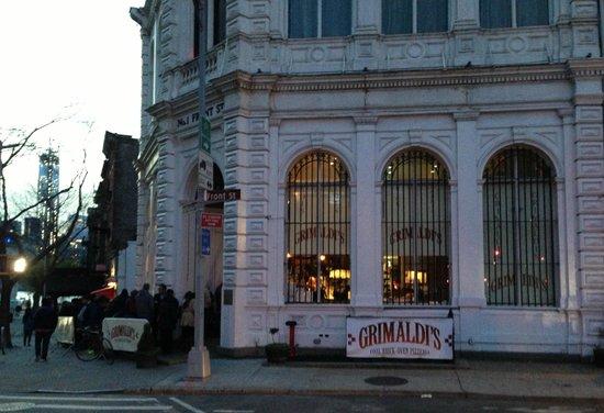 Grimaldi's Pizzeria: Line starting to build up