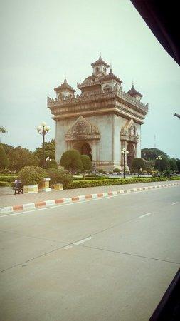 Patuxai: ประตูชัยมุมกลางถนนดูสวยงามมาก