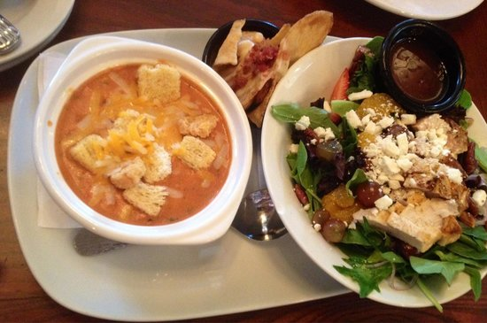 LongHorn Steakhouse: Tomato soup and salad