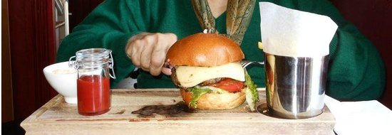 Walkers' Bar at Macdonald Swan Hotel: The Swan cheese burger