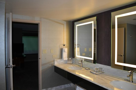 MGM Grand Hotel and Casino: Huge bathroom with two sinks